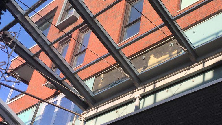 Glasplaat Voor Aan De Muur.Alkmaar Centraal Glasplaten Vallen Van Woningmuur In De